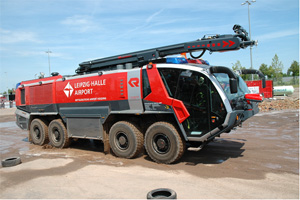 空港用化学消防車(12500立級)屈折ブーム付